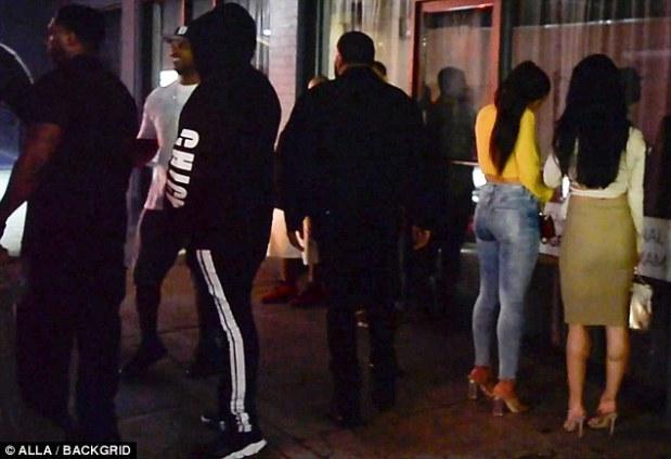 σύντροφος της Khloe Kardashian βγαίνει από club με δυο γυναίκες