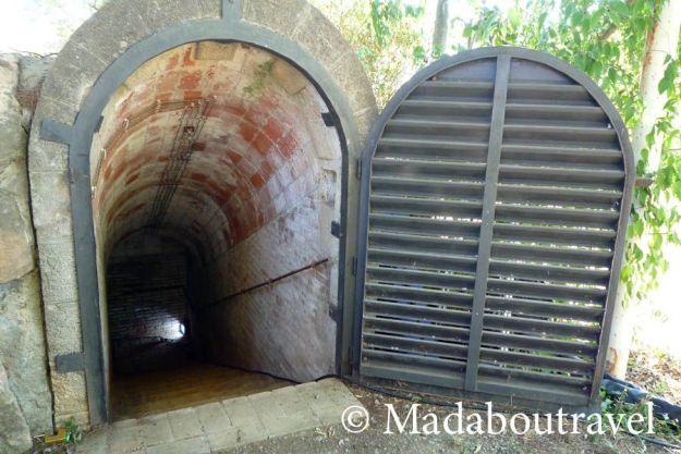 Entrada al refugi antiaeri de Ca l'Arnau, a Montornès del Vallès