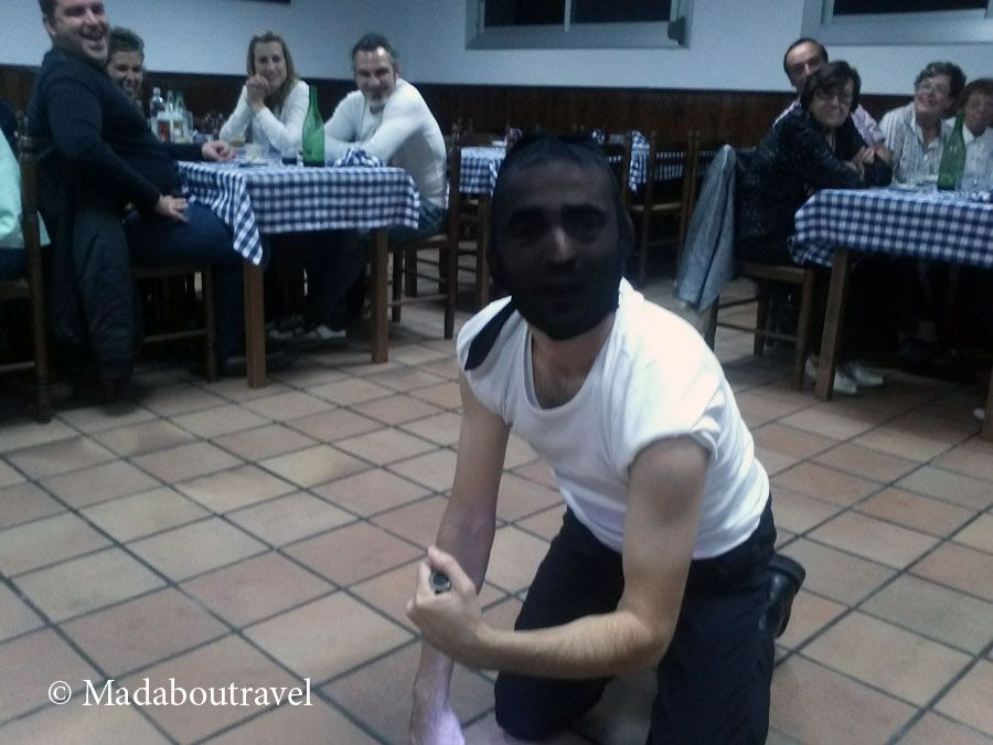 Momento de la cena-espectáculo de Clownx Teatre en el restaurant Els Castanyers