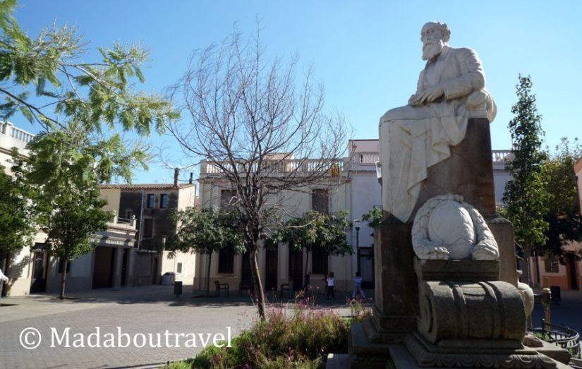Plaza Joan Güell, con la escultura del industrial en el centro