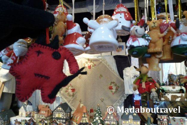 Dimoni curioseando en el mercado de Navidad del ayuntamiento de Viena