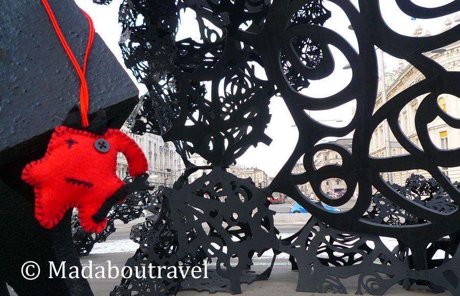 Dimoni disfrutando de una escultura al aire libre en Viena