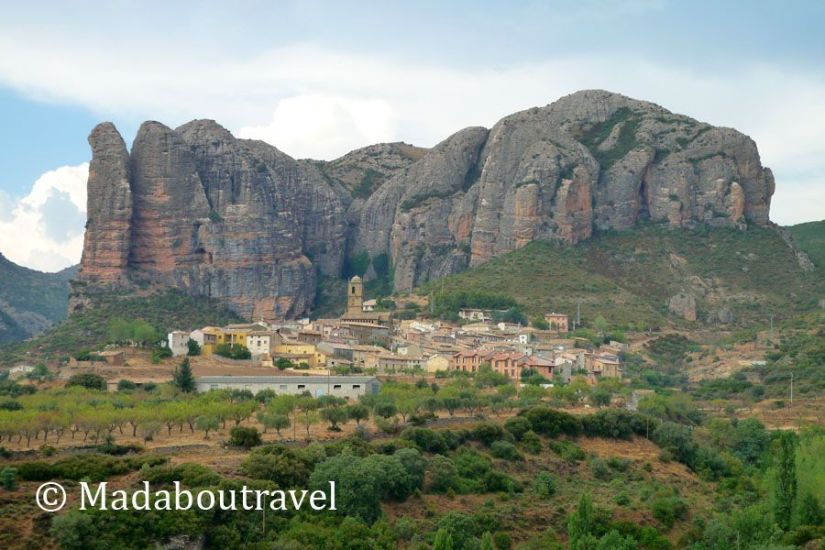 Vista del pueblo de Agüero con sus mallos detrás