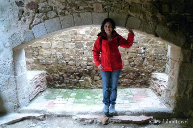 Chimenea en una sala noble del castillo de Montsoriu