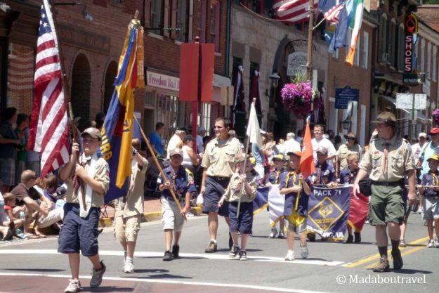 Desfile de los boy scouts el 4 de julio en Leesburg, VirginiaDesfile de los boy scouts el 4 de julio en Leesburg, Virginia