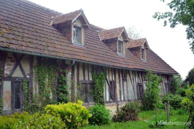 Edificio estilo Tudor en el Manoir des Prévanches, Boisset-les-PrevanchesEdificio estilo Tudor en el Manoir des Prévanches, Boisset-les-Prevanches