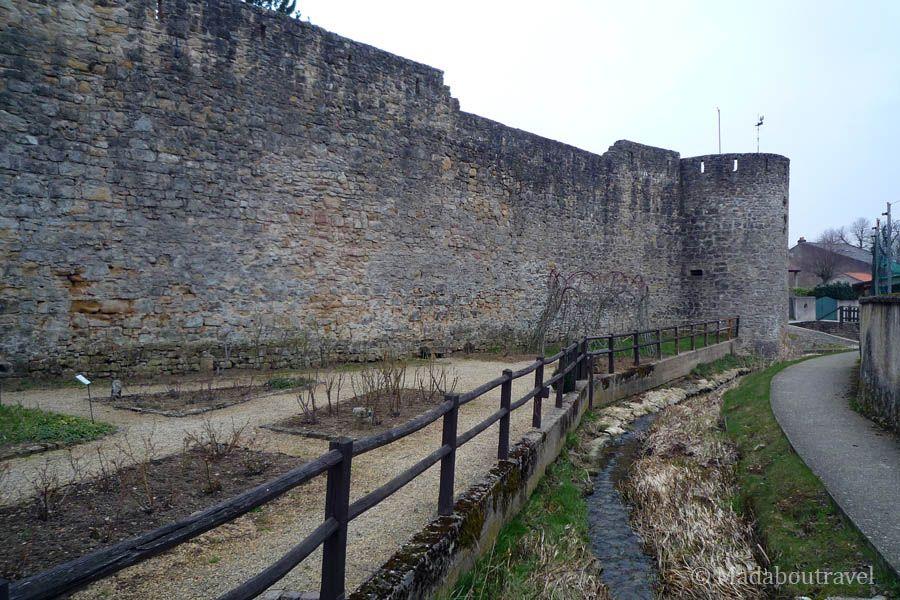 Muralla y jardín medieval en Rodemack