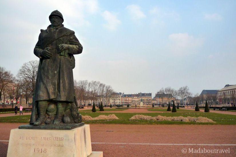 """Estatua al """"poilu"""" en la esplanada de Metz"""