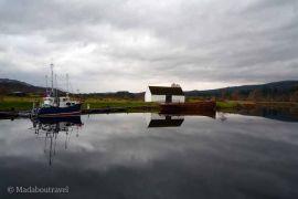Espejos de agua en el Caledonian Canal en Fort Augustus