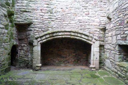 Una de las grandes chimeneas del castillo
