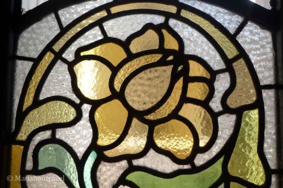 Detalle de las vidrieras de la sala de espera