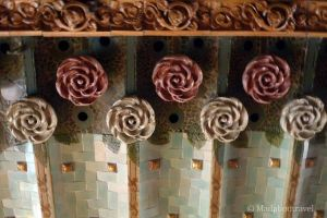 Detalles de rosas blancas y rojas en el techo