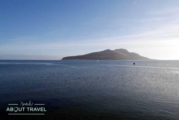 Holy Isle vista desde Lamlash en la isla de Arran