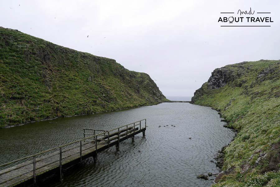 Loch en la Isla de May en Escocia