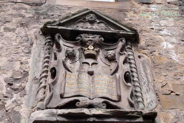 Tour Outlander - Puerta de entrada a un edificio medieval en Canongate Edimburgo