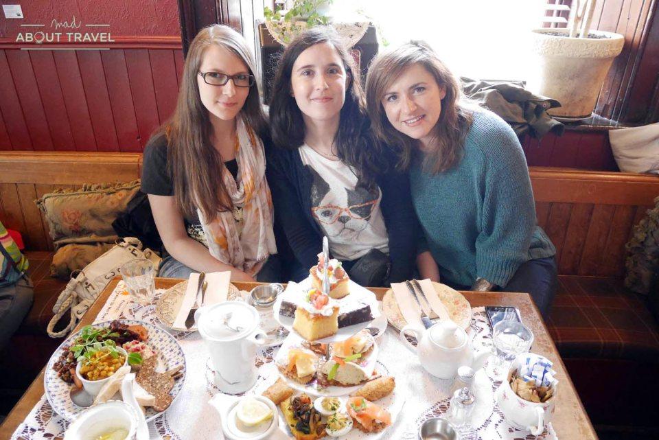 Tomando el afternoon tea con Nina y Anna en The Roseleaf Bar and Cafe de Edimburgo