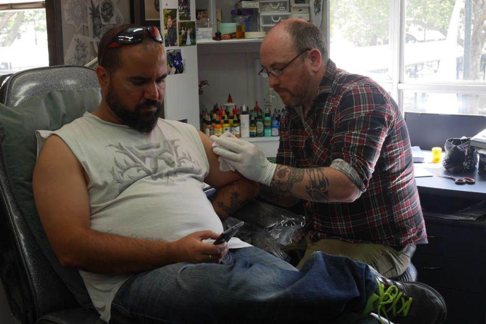 Tatuaje de inspiración maorí en crazy horse tattoo de dunedin nueva zelanda