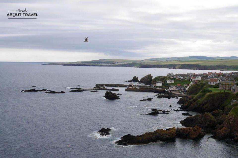 vistas del pueblo pesquero de st abbs en los borders de Escocia