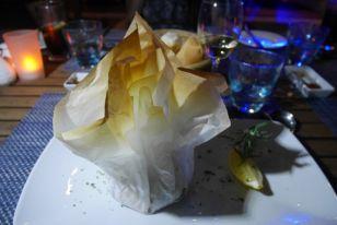 restaurante azzurro en el resort angsana velavaru