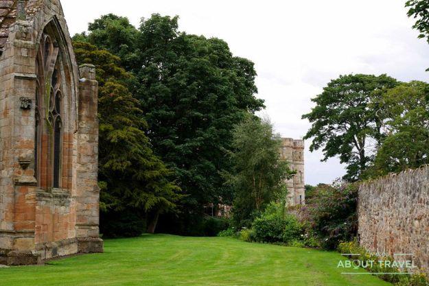 vistas del castillo de seton desde seton collegiate church