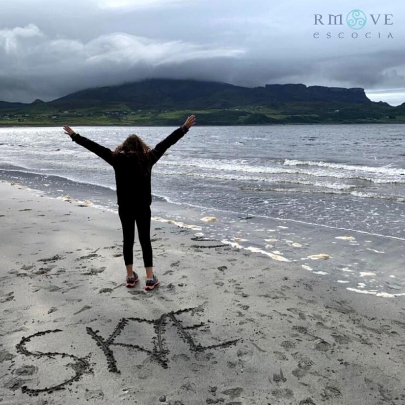 Gabriela salió a buscar huellas de dinosaurios con nosotros por la playa de An Corran, Skye