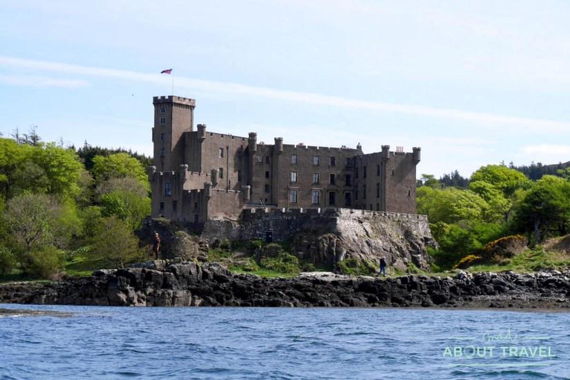 Vistas del castillo de Dunvegan desde la bahía