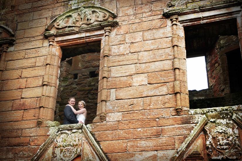 James y Leigh en su boda en el castillo de Caerlaverock