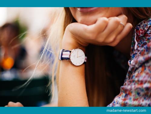 Femme heureuse montre au poignet