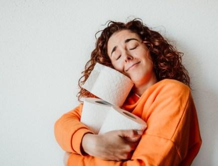 Femme heureuse avec son papier toilette