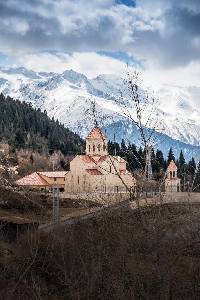 La belle eglise du village de Mestia perchee dans les montagnes de svanetie en georgie