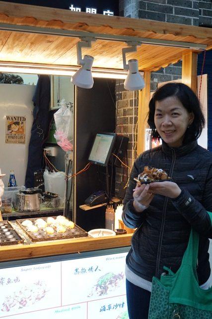 Yang ini malah jajan takoyaki .. susah bener moveon dari Jepang :)