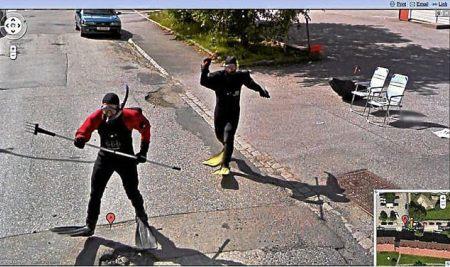 Twee Noren in duikpak jagen achter de Google Street View auto