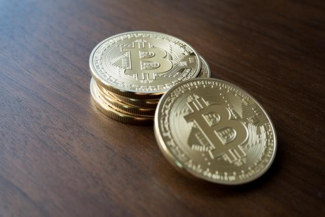 テーブルの上に積み重ねられたビットコイン