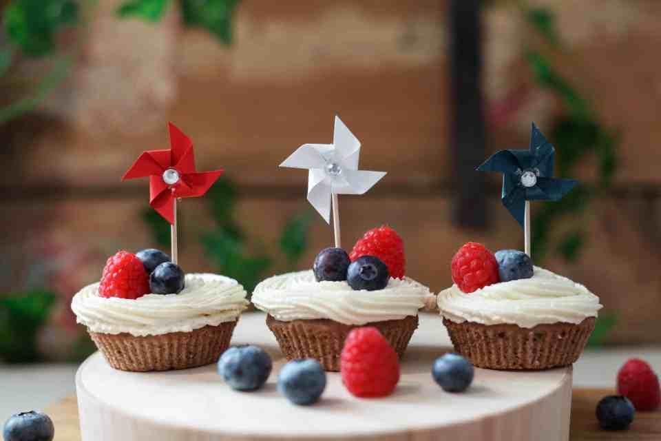 Sjokolade muffins med smørkrem og bær til 17 mai