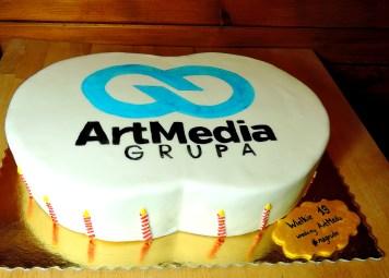 tort na 19ste urodziny (i 19 świeczek dookoła tortu)