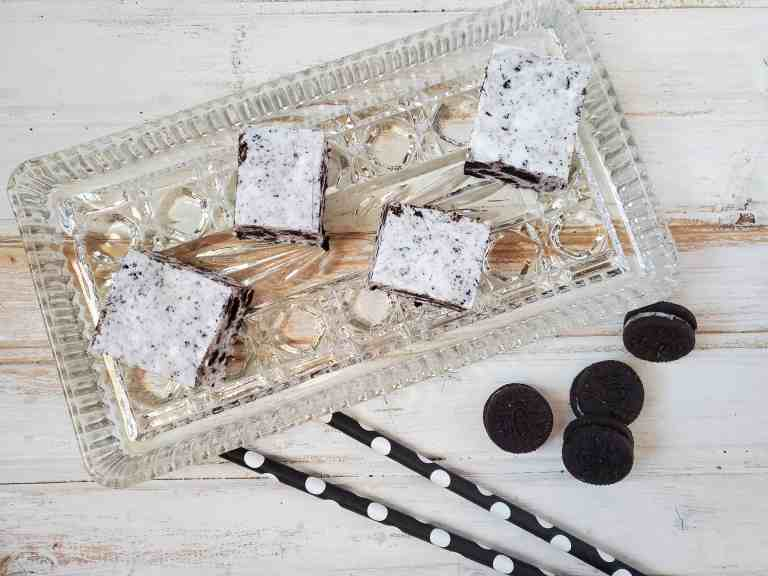 squares of oreo fudge on a plate
