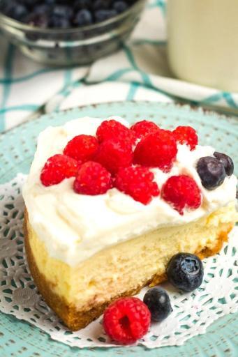 berry cheesecake slice closeup