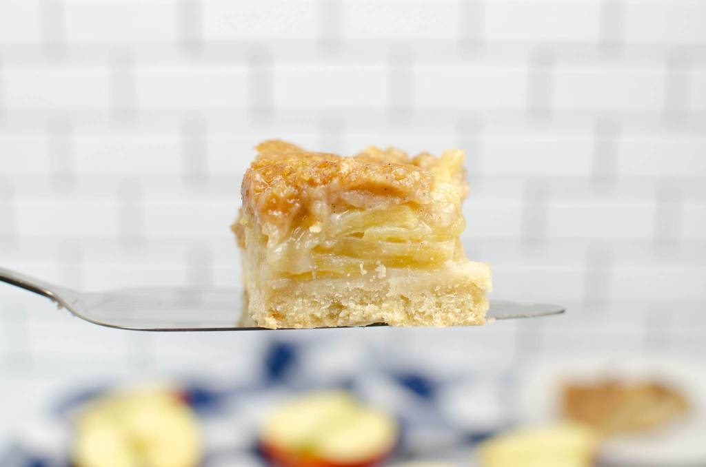 serving apple crumble bar
