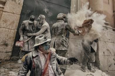 """Antonio Gibotta pour Agenzia Controluce et World Press Photo - Société second prix - Chaque année, le 28 décembre, la """"guerre de la farine"""" fait rage dans les rues d'Ibi, dans la province espagnole d'Alicante"""