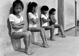 Tiejun Wang pour Wordl Press - Vie quotidienne second prix - Quatre fillettes participent a une seance de fortification de leurs orteils, à l'ecole de gymnastique à Xuzhou, en Chine