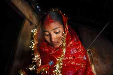 24 Janvier 2007 - Sumeena, 15 ans quitte sa maison pour rencontrer son mari, Prakash, 16 ans, village de Kagati, dans la vallée de Kathmandu au Népal. Sumeena, 15, leaves her home to meet her groom, Prakash, 16, in Kagati Village, Kathmandu Valley, Nepal on Jan. 24, 2007. The harmful traditional practice of early marriage is common in Nepal. The Kagati village, a Newar community, is most well known for its propensity towards this practice. Many Hindu families believe blessings will come upon them if marry off their girls before their first menstruation.