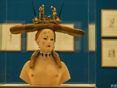 Buste de femme rétrospectif surmonté d'une des interprétations daliniennes de L'Angélus de Millet (1933/1976-1977). Fundació Gala-Salvador Dalí, Figueres