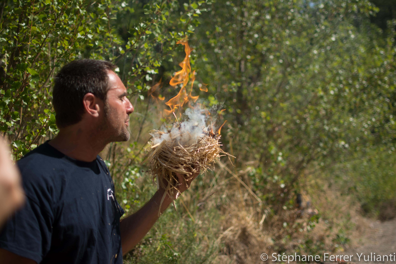Cyrille Calvet a allumé le feu grâce au frottement de la marcassite et à l'amadou