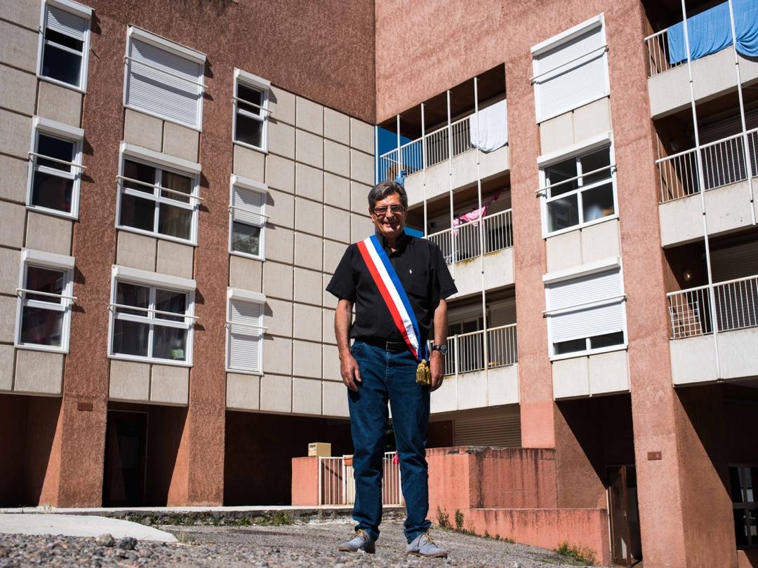 Henri Guitart, fils de la Retirada espagnole, premier maire des Pyrénées Orientales à s'être porté volontaire pour accueillir des demandeurs d'asile dans sa commune, à Vernet-les-bains : « Au départ, je n'ai pas fait le rapprochement entre mon désir d'accueillir des réfugiés et ma propre histoire. Mais quand je les ai vus en face de moi, j'ai réalisé que ça faisait écho. Personne ne savait ici que je suis petit-fils de réfugiés. Ça a été l'occasion de le dire dans mes discours d'accueil ».
