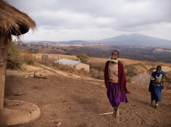 Juillet 2017. Province de Monduli Juu, au Nord Est de la ville d'Arusha en Tanzanie. Le village Maasaï d'Enguiki est situé au en face du mont Komolonik. Nai et sa soeur ainée, Teresia, répètent quelques pas de danse traditionnelle. July 2017. Province of Monduli Juu, north-east of the city of Arusha in Tanzania. The Maasai village of Enguiki is located in front of Mount Komolonik. Nai and her elder sister, Teresia, repeat some traditional dance steps