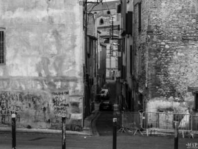 Les rues étroites et la physionomie du quartier peut engendrer un sentiment d'insécurité
