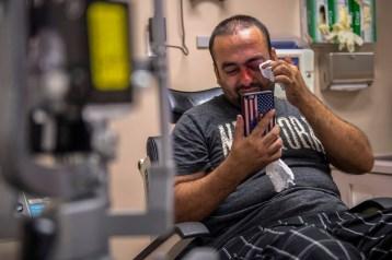"""Faisal Razmal (28 ans), interprète au service de l'armée américaine en Afghanistan, vient d'apprendre qu'il perdra la vision de son œil blessé. Il a survécu aux talibans, et c'est aux États-Unis qu'il a été touché par un tir de pistolet lance-fusées alors qu'il essayait d'empêcher un vol. © Renée C. Byer / The Sacramento Bee Faisal Razmal (28), who served as an interpreter for U.S. troops in Afghanistan, has just been told he will lose the sight in his injured eye. He survived the Taliban, but in the U.S. was shot with a flare gun while trying to stop a robbery. © Renée C. Byer / The Sacramento Bee Photo libre de droit uniquement dans le cadre de la promotion de la 29e édition du Festival International du Photojournalisme """"Visa pour l'Image - Perpignan"""" 2017 au format 1/4 de page maximum. Résolution maximale pour publication multimédia : 72 dpi Mention du copyright obligatoire. The photos provided here are copyright but may be used royalty-free for press presentation and promotion of the 29th International Festival of Photojournalism Visa pour l'Image - Perpignan 2017. Maximum size printed: quarter pageMaximum resolution for online publication: 72 dpi Copyright and photo credits (listed with captions) must be printed."""