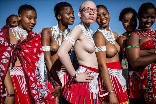 "Sud-Africaine albinos, entourée d'autres jeunes filles, avant la désormais traditionnelle cérémonie de la danse des roseaux célébrée par le roi zoulou Goodwill Zwelithini. Palais royal Enyokeni, Nongoma, KwaZulu-Natal, septembre 2014. © Marco Longari / AFP A South African albino posing with other girls for the now traditional Reed Dance ceremony celebrated by the Zulu King Goodwill Zwelithini. Enyokeni Royal Palace, Nongoma, KwaZulu-Natal, September, 2014. © Marco Longari / AFP Photo libre de droit uniquement dans le cadre de la promotion de la 29e édition du Festival International du Photojournalisme ""Visa pour l'Image - Perpignan"" 2017 au format 1/4 de page maximum. 