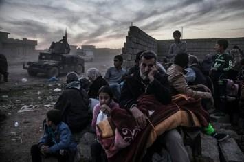 """Quartier Saddam, Mossoul, 6 novembre 2016. Les habitants, pris entre deux feux, fuient les combats menés par la Golden Division (CTS, Service de contre-terrorisme irakien) contre les combattants de Daech. Certains trouvent à être hébergés dans les faubourgs déjà sécurisés, d'autres se dirigent vers les camps installés à la périphérie de la ville. © Laurent Van der Stockt pour Le Monde/ Getty Images Reportage Saddam district, Mosul, November 6, 2016. Locals caught between the Golden Division (Iraqi Counter-Terrorism Force) and ISIS fighters. Some managed to find shelter in neighborhoods that had been secured, while others went to camps set up on the outskirts of the city. © Laurent Van der Stockt for Le Monde/ Getty Images Reportage Photo libre de droit uniquement dans le cadre de la promotion de la 29e édition du Festival International du Photojournalisme """"Visa pour l'Image - Perpignan"""" 2017 au format 1/4 de page maximum. Résolution maximale pour publication multimédia : 72 dpi Mention du copyright obligatoire. The photos provided here are copyright but may be used royalty-free for press presentation and promotion of the 29th International Festival of Photojournalism Visa pour l'Image - Perpignan 2017. Maximum size printed: quarter pageMaximum resolution for online publication: 72 dpi Copyright and photo credits (listed with captions) must be printed."""