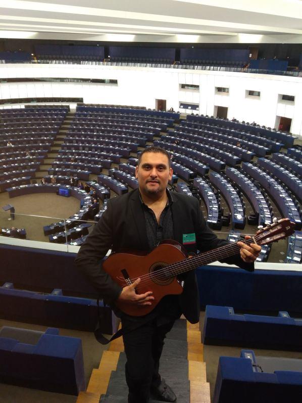 Jimmy Vila teste l'acoustique du parlement européen